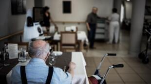 Правительство Франции еще в декабре объявило о начале вакцинации, которая в первую очередь, должна быть проведена среди пожилых людей.