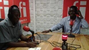Msanii kutoka Mombasa nchini Kenya Natty Oj (Kulia) akihojiwa na Victor Abuso (Kushoto) katika studio za RFI Kiswahili Dar es salaam tarehe 6 mwezi Julai 2014