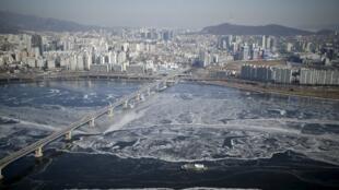 Vue du fleuve glacé Han à Séoul, en Corée du Sud, le 25 janvier 2016.
