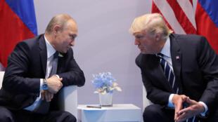 Tổng thống Nga Vladimir Putin nói chuyện trực tiếp với tổng thống Mỹ Donald Trump bên lề thượng đỉnh G20 tại Hamburg, Đức, ngày 07/07/2017.