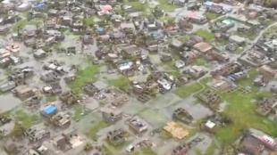 Imagens de helicóptero mostram inundações e danos após o Ciclone Idai na Beira, Moçambique.