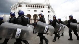 Vikosi vya polisi vyapelekwa wakati wa maandamano Algiers Aprili 10, 2019.