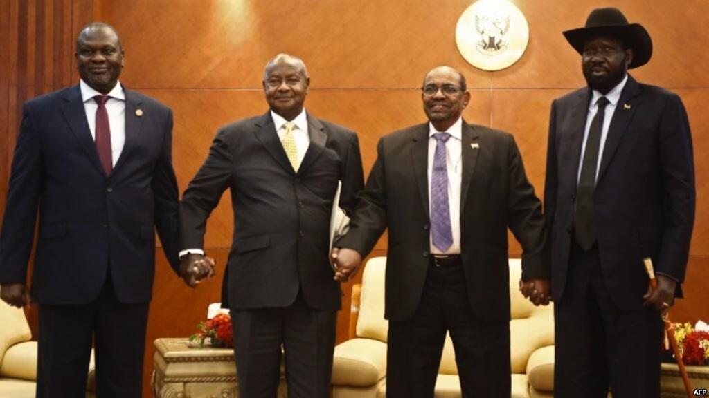 Rais wa Sudan Kusini Salva Kiir na mpinzani wake Riek Machar wakiwa pamoja na Rais wa Uganda Yoweri Museveni na Rais wa Sudan Omar al-Bashir huko Khartoum tarehe 25 Juni 2018.