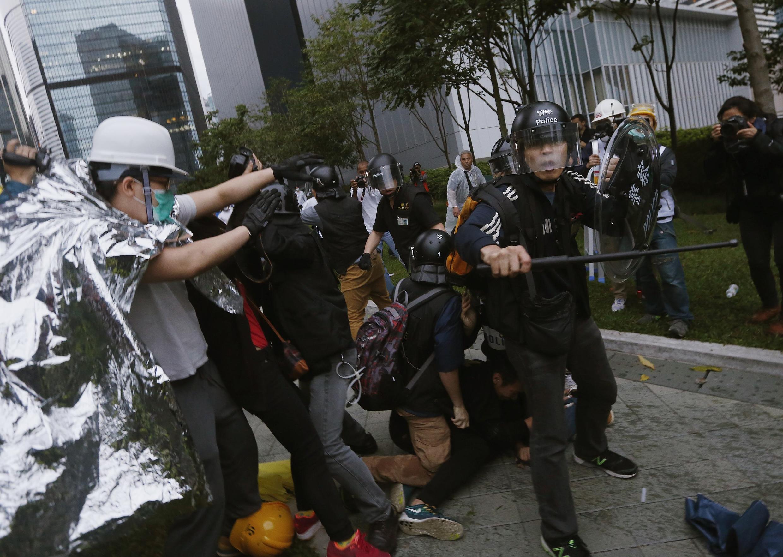 Makabiliano kati ya waandamanaji na polisi Hong Kong, Desemba 1.