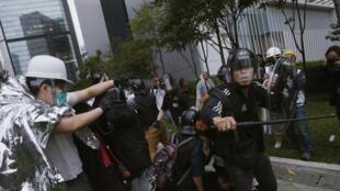 Des heurts entre manifestants et policiers à Hong Kong, le 1er décembre.