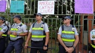Policiais diante da embaixada da Venezuela em Brasília, invadida durante treze horas por partidários do líder opositor venezuelano Juan Guaidó.