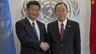 Le secrétaire général des Nations unies, Ban Ki-moon (D), avec le président chinois Xi Jinping qui vient de promettre dans son discours de donner 2 milliards de dollars dans un fonds pour le développement des pays les plus pauvres.