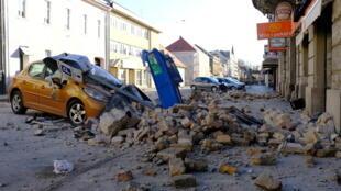 Carro atingido pela queda de um poste na localidade de Sisak, após o terremoto que atingiu a Croácia nesta terça-feira (29).
