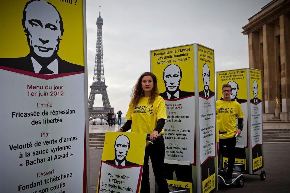 Các thành viên Amnesty International tại Paris phản đối chuyến thăm của Vladimir Putin tháng 6/2012.