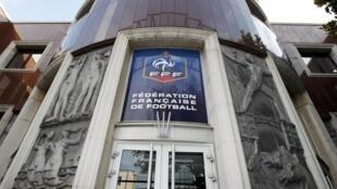 Sede de la Federación Francesa de Fútbol que fuera allanada este martes a petición de la justicia suiza