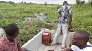 La prolifération de la jacinthe d'eau empêche la circulation sur le lac Nokoué, Bénin.