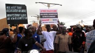Des Guinéens manifestent contre la hausse des prix des carburants à la pompe, le 10 juillet 2018 à Conakry.