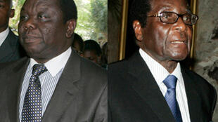 Le Premier ministre Morgan Tsvangiraï  (G) et le président zimbabwéen Robert Mugabe (D).