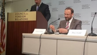 انور اشکی، از مبتکران طرح صلح اسرائیل و فلسطین (سمت راست) و دور گُلد، مدیر وزارت امور خارجۀ اسرائیل (سمت چپ) در نشست واشینگتن