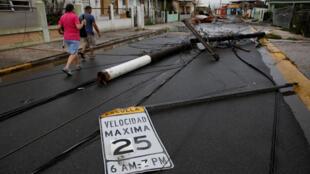 Postes eléctricos derrumbados tras el paso del huracán María en Salinas, Puerto Rico, 21 de septiembre de 2017.