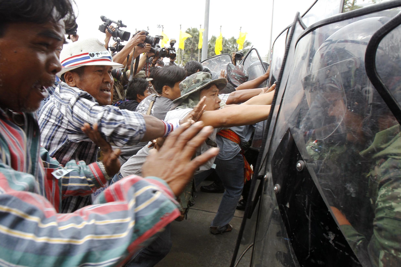 Manifestantes se enfrentan a la policía en la sede del gobierno en Bangkok, este 17 de febrero de 2014.