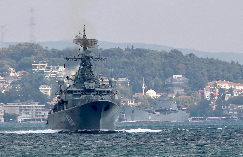 Pytlivy, un buque de guerra ruso, atraviesa el Bósforo, en dirección del Mediterráneo, este 24 agosto de 2018.