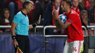 O avançado suíço do Benfica, Haris Seferovic (direita), e os seus colegas de equipa estão a um passo do afastamento da prova.