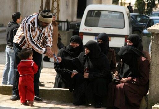 Plus de 1 500 réfugiés syriens, principalement des femmes et des enfants, ont franchi la frontière libanaise pour fuir Homs, le 6 Mars 2012.