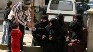 Más de 1.500 refugiados sirios, principalmente mujeres y niños, han pasado la frontera hacia Líbano, huyendo de los ataques en la ciudad de Homs, el 6 de marzo de 2012.