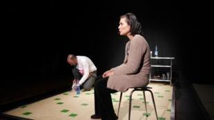 """""""Une famille aimante mérite de faire un vrai repas"""", se presenta en el Teatro Le Lucernaire de París."""