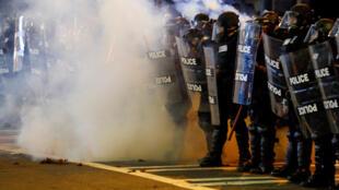 La police en rangs serrés face aux manifestants, à Charlotte (Etats-Unis) , le 21 septembre 2016.