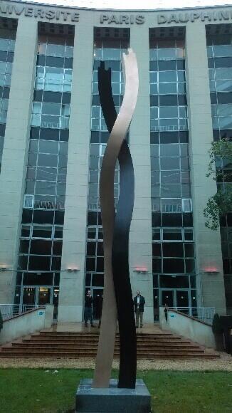 Ghass Rouzkhosh expose une sculpture monumentale de huit mètres de haut à l'université Paris-Dauphine.