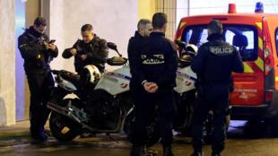 Homem que tentou agredir policiais em bairro de negócios perto de Paris é morto a tiros