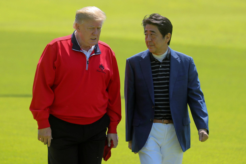 Tổng thống Mỹ và thủ tướng Nhật trên sân golf. Ảnh ngày 26/05/2019.