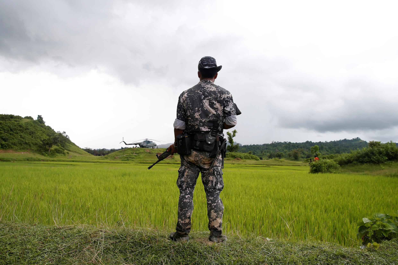 Lính canh gác gần Maungdaw, bang Rakhine, Miến Điện. Ảnh ngày 27/09/2017.