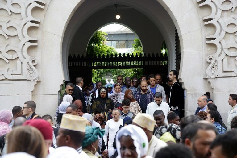 Worshippers leave Grande mosquée de Paris after Friday prayers, 1 September 2017.