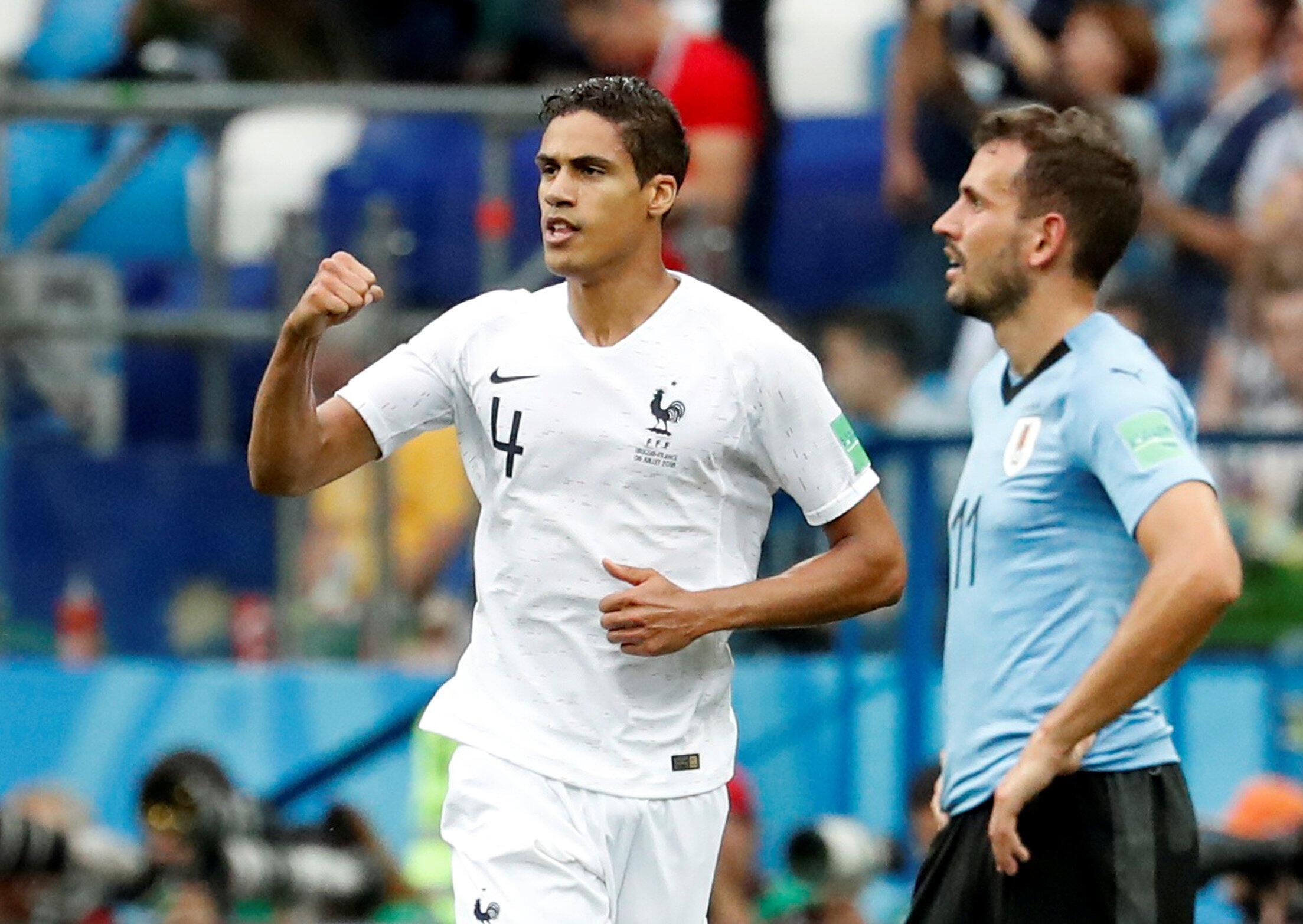 Rafael Varane celebra el primero gol de Francia ante Uruguay el 6 de julio de 2018 en el estadio de Niznhy, durante los cuartos de final del mundial de Rusia.