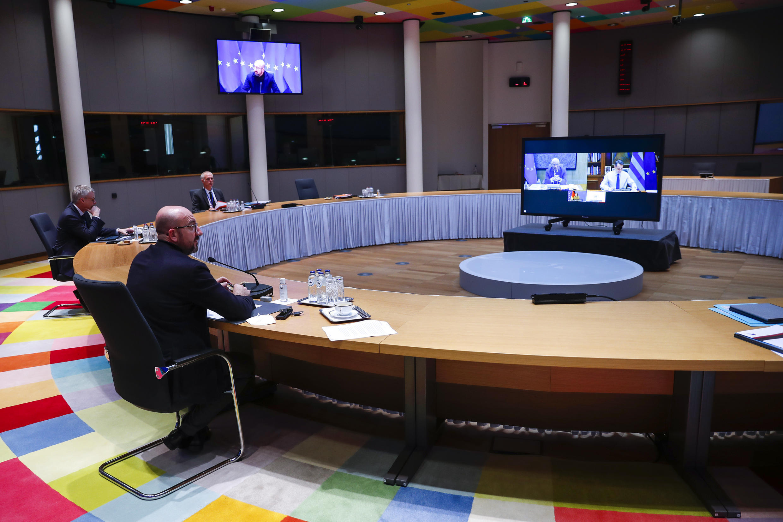 El presidente del Consejo Europeo, Charles Michel (izq) durante una videoconferencia con los líderes de Alemania, Francia, Portugal y Grecia, antes de la cumbre europea en Bruselas,el 23 de marzo de 2021