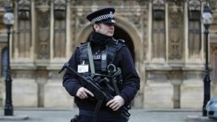 Policiamento reforçado em frente do Parlamento do Reino Unido depois dos atentados perpetrado na França..