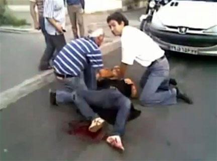 Человек, раненый во время акции протеста в Тегеране 20 июня 2009 г. Кадр из видеоролика, опубликованного на YouTube.