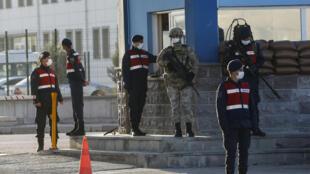 Soldados turcos montan guardia a la entrada de la sede del tribunal, el 26 de noviembre de 2020 cerca de Ankara