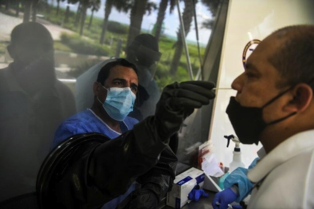 Raia wa Marekani wakiitikia zoezi la kufanyisha vipimo vya Covid-19, Julai 24, 2020 huko Miami Beach, Florida.