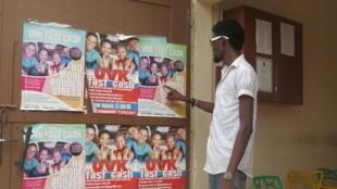 Un étudiant nigérian installé au quartier PK 10 devant une boutique de transfert d'argent