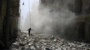 Dans les décombres d'une rue d'Alep, le 25 septembre 2016.