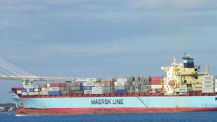 Un bateau cargo transportant du fret.