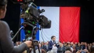 Durante uno de los debates en Gréoux-les-Bains, presidente francés respondió a preguntas del público.