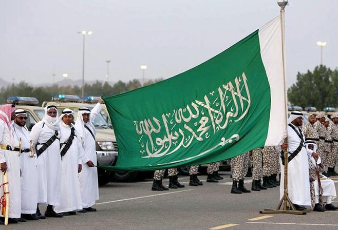 De lenço vermelho, o carrasco (esq) das 37 pessoas executadas por terrorismo na Arábia Saudita a 23 Abril 2019