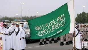 """De leço vermelho, o carrasco, à esq. As 37 pessoas executadas em 23 de abril de 2019 foram consideradas culpadas de """"adotar o pensamento terrorista extremista"""" na Arábia Saudita."""