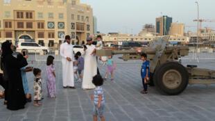 A Doha, la capitale qatarienne, le 6 juin, des familles se prennent en photo devant le canon du ramadan qui annonce quotidiennement la rupture du jeûne.