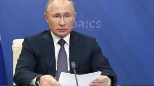 Le président russe Vladimir Poutine lors d'une visioconférence avec ses homologues des BRICS, le 17 novembre 2020, dans sa résidence de Novo-Ogaryovo, près de Moscou.