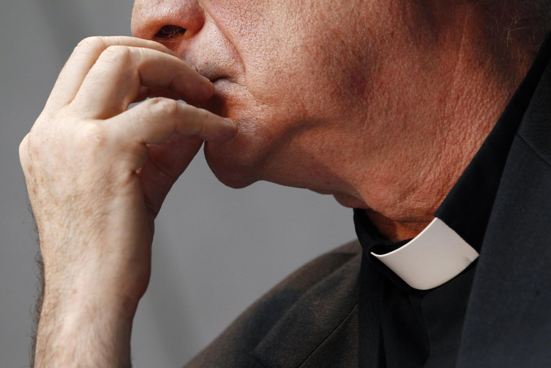 Governo francês quer que padres que tenham conhecimento de casos de pedofilia no confessionário revelem os crimes.