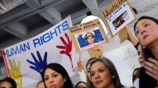 Pessoas com cartazes pedindo justiça para Rafael Acosta, capitão da Marinha que morreu durante sua detenção e Rufo Chacon, que ficou cego depois que a polícia disparou balas de borracha contra seu rosto. 04/07/19