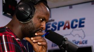 Un présentateur en plein journal dans une radio privée guinéenne.