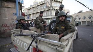 Des combattants houthis devant le palais présidentiel à Sanaa, en février 2015.