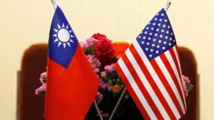 资料照片,美国国旗与中华民国国旗布置在两边,美国众议院外交事务委员会主席埃德·罗伊斯2018年3月27日在台北与台湾立法院院长苏嘉全举行会谈的场面。